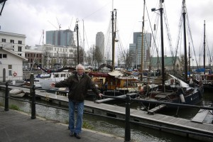 Stadsambassadeur-Aad-de-Vries-bij-de-Veerhaven-©Margret-van-der-Spek-1000x650